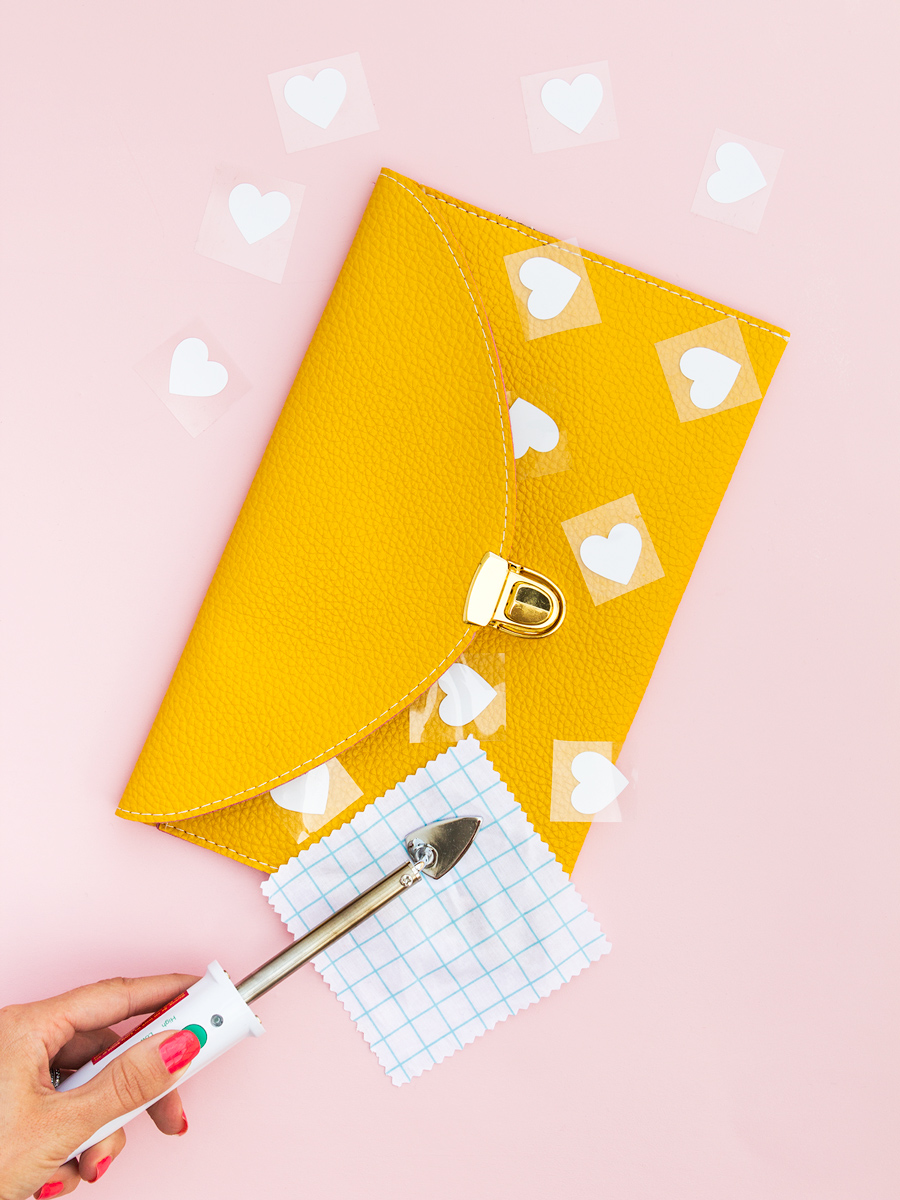 Create an adorable customized heart printed clutch purse in minutes using a Silhouette Cameo, Portrait, or Curio. (Click through for free Silhouette Studio cut file and tutorial)