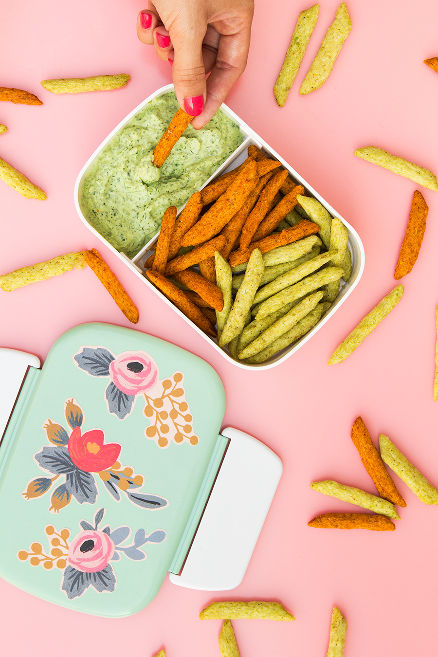 You can make this skinny green goddess dip is just 5 minutes. Click through for the recipe and tutorial on making these cute floral bento boxes too!