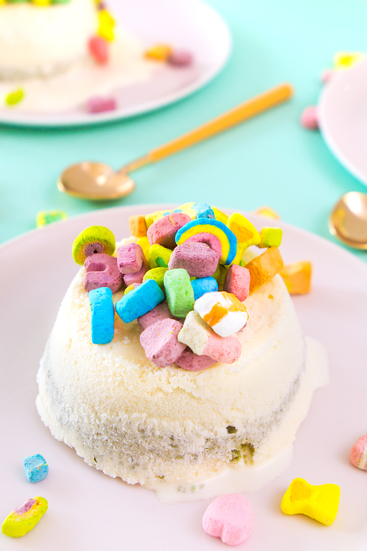 Easy no-bake Lucky Charms mini ice cream cakes! Perfect for St. Patricks Day!