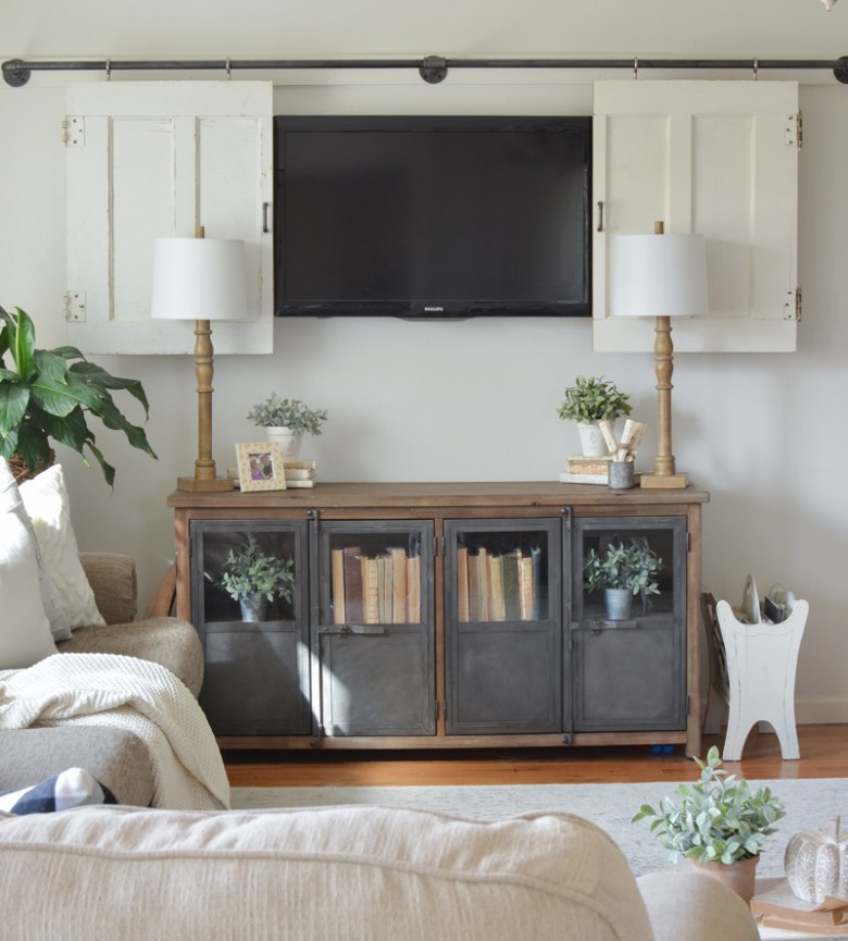 Farmhouse style living room decor. Great ideas on how to decorate around the TV!