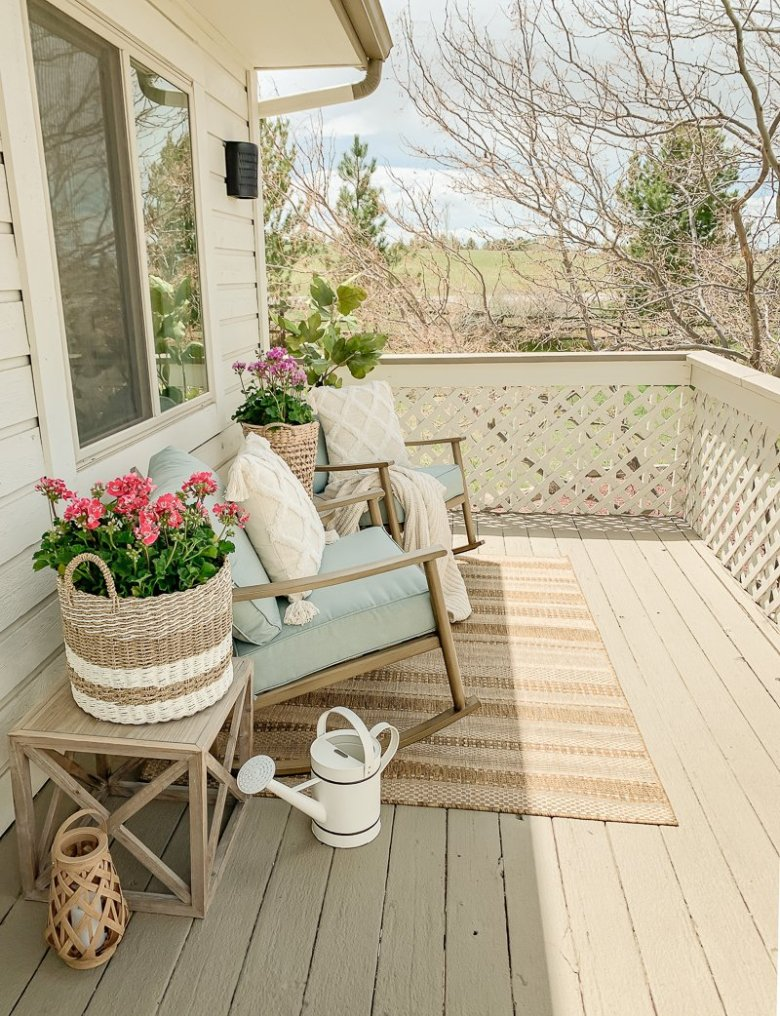 Simple + Cozy Deck for Summer. Easy and simple outdoor decor ideas.