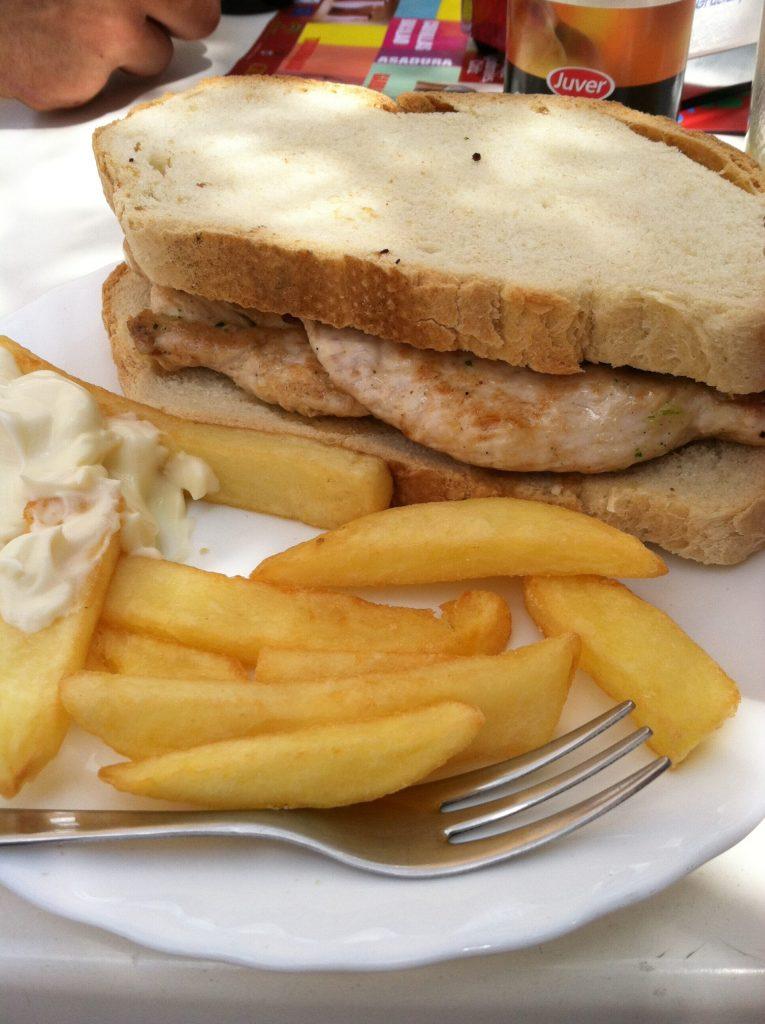 Pollo a la brasa con patatas fritas