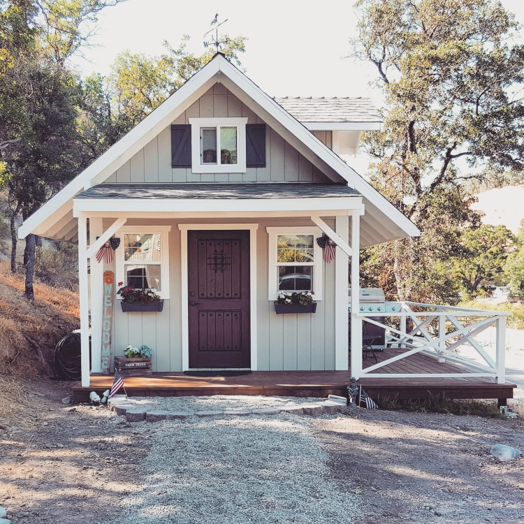 tiny-house-glamping-front-porch