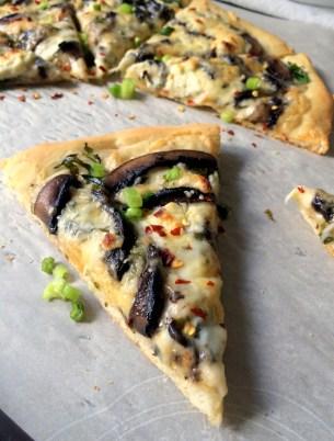A White Garlicky Mushroom Pizza w Arugula, Mozzarella and Boursin
