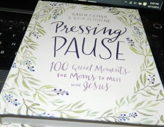 Pressing Pause: 100 Quiet Moments for Moms to Meet with Jesus (Hardcover)