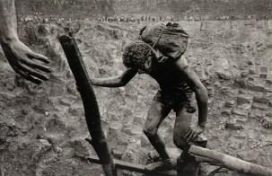 Salgado-Transporting-bags-of-dirt-in-the-Serra-Pelada-gold-mine-Brazil