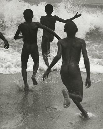 martin_munkacsi_tre_ragazzi_neri_corrono_verso_l_acqua_mare_lago_tanganika_circa_1930