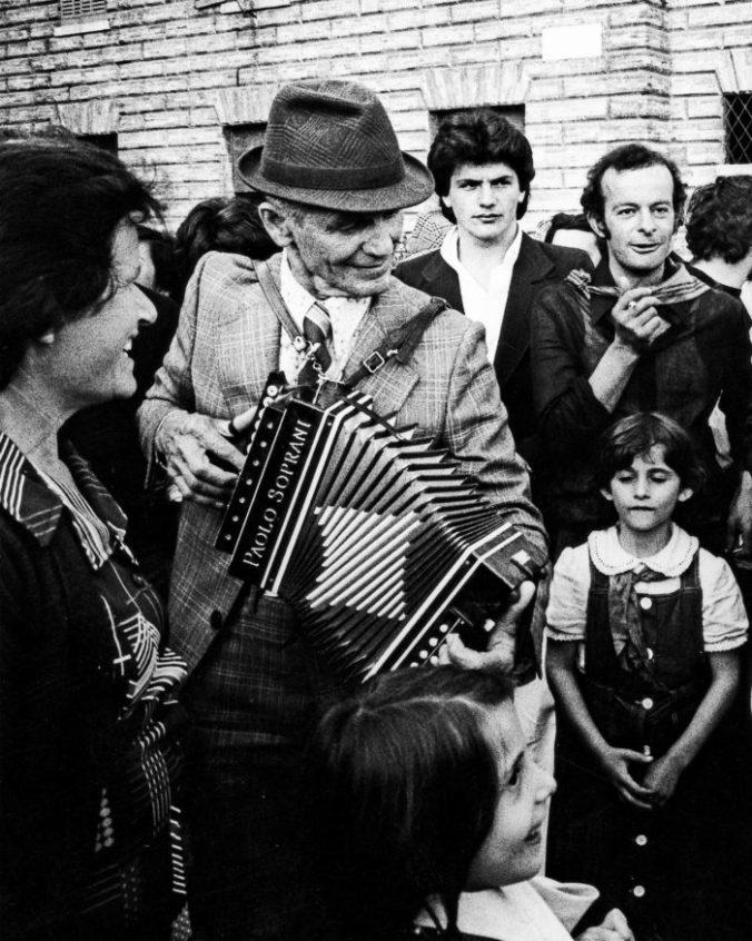 Gubbio-Festa-dei-Ceri-1976-©-Gianni-Berengo-Gardin_Courtesy-Fondazione-Forma-per-la-Fotografia-700x876