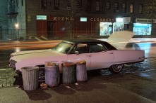 """Langdon Clay, Zizka Cleaners car, Buick Electra, dalla serie """"Cars"""", New York City, 1976 Slide-show Courtesy of the artist © Langdon Clay"""