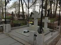 Sadece bir fotoğraflığına Radişev sokağından ayrılarak Aleksandr Nevski manastırının mezarlığına gidelim. Manastırın etrafında birkaç mezarlık var. Bunlardan ikisi St. Petersburg Heykel Müzesi'ne bağlı ve ancak ücret mukabilinde gezilebiliyor. Dostoyevski, Lomonosov, Fonvizin, Euler, Borodin, Glinka, Jukovski, Karamzin, Krılov, Kramskoy, Musorgski, Rimski-Korsakov, Serov, Şişkin, ve Çaykovski gibi sanat ve bilim devleri bu mezarlıklarda yatıyor. Ne var ki, açılış ve kapanış saatlerinin son derece uygunsuz olması yüzünden görmek mümkün olmadı. Sabahın erken bir saatinde gidebildiğimiz için sadece kapısında kilit olmayan kısmı gezebildik. Burada ise Nikolay Gumilyov ve Anna Ahmatova'nın oğlu, orta asya tarihi üzerine yazdığı kitaplardan ötürü bizde de iyi bilinen Lev Gumilyov'un ve karısının mezarına rastladık. Fotoğraftan da anlaşılacağı üzere Gumilyov'un mezarı gayet derli toplu. Ancak diğer mezarların bir kısmı şaşılacak derecede bakımsız ve harap halde.