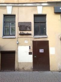 Radişev'le kesişen Mayakovski sokağındayız. Karşımızda Daniil Harms'ın evi. Harms 1925'ten tutuklanacağı 1941'e kadar burada yaşamış.