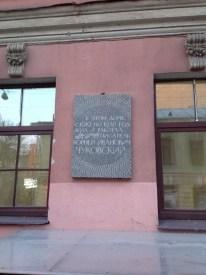 Mayakovski'yi kesen ara sokakta sürpriz bir levha. Yazar Korney Çukovski'nin 1919-1938 yılları arasında yaşadığı ev.