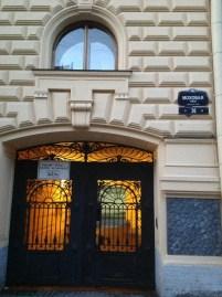 Zira H.G. Wells'in yayınevinden çıkan Rusça kitaplarının editörlüğünü üstlenen kişi Yevgeni Zamyatin. Zamyatin de 1919-1921 arasında bu yapının ek binalarından birinde yaşamış. Yazarın başyapıtı Biz (Mıy) burada doğmuş. Yapıtın ve yazarının Wells'in bilimkurgu edebiyatıyla ilişkisi dikkate alınırsa Gorki'nin ve kurduğu yayınevinin nelere vesile olduğu daha iyi anlaşılır diye düşünüyorum. Gezi sırasında bugün içinde bir müze olmamasına en çok hayıflandığım yerlerden biri Mohovaya 36 oldu.