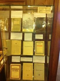 Nabokov'un ABD'ye göçünden önce Rusya ve Avrupa'da Rusça olarak yayınlanan kitapları. Başka bir vitrinde yazarın farklı dillerde çıkmış kitapları sergileniyor. Aralarında Türkçeyi göremedim. Hasbelkader bu notu gören Nabokov yayıncısı veya çevirmeni olursa belki posta yoluyla bu eksikliği gidermek ister.