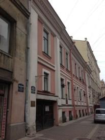 Aynı sokakta biraz ilerde bir ev.