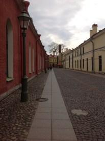 Alekseyevski ve Trubetskoy adlarıyla bilinen iki hapishane var. Alekseyevski'nin en meşhur konukları 1825'te Dekabristler, 1849'da Petraşevciler ve elbette Dostoyevski. Bir başka Rus yazar Çernişevski de daha sonra burada yatanlardan biri. İkinci hapishane Trubetskoy da en az ilki kadar, hatta belki daha da fazla bilinirliğe sahip. Bunda Çarlık Rusyası, Geçici Hükümet ve Bolşevik iktidarında dahi toplumsal işlevi ve anlamı değişmeyen ender yerlerden olmasının payı büyük sanırım. Fotoğrafta Trubetskoy'a giden yolu görüyorsunuz.