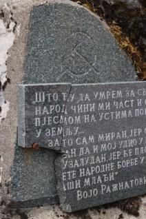 Manastıra yakın yerde orak-çekiçli bir partizan anıtı. Levhanın bir kısmı çoktan düşmüş.