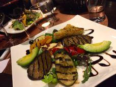 Supergod sallad på King's Table och Sthlm Vocal Club. Grillade grönsaker med halloumi och MASSOR av vitlök.