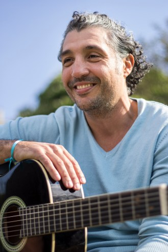 17. A Brasilian man playin' guitar (Buttes Chaumont)