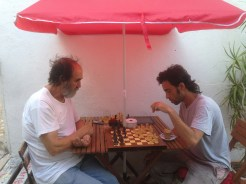 When we removed the desktop computer, Pepe started playing chess at AlteArte. Here he is playing with Javi, the artist.