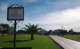 San Nicolò d'Arcidano: piazza e statua della Regina della Pace – Foto di Sardegna Terra di Pace – Tutti i diritti riservati