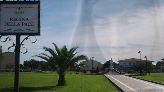 """Lo sguardo amorevole della """"Regina della Pace"""" sulla Sua piazza a San Nicolò d'Arcidano"""