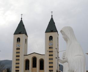 Medjugorje: chiesa di San Giacomo e statua della Regina della Pace - Foto di Sardegna Terra di Pace - Tutti i diritti riservati