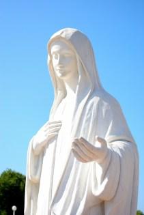 Medjugorje, Esaltazione della Croce 2014: statua della Regina della Pace nella piazza antistante la chiesa di San Giacomo – Foto di Sardegna Terra di Pace – Tutti i diritti riservati
