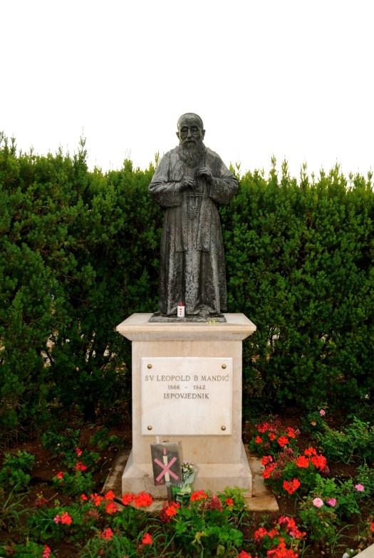 Medjugorje, B.V.M. Assunta 2015: Statua di san Leopoldo – Foto di Sardegna Terra di pace – Tutti i diritti riservati
