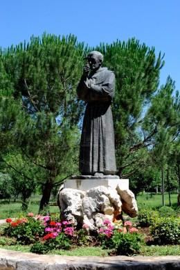 Medjugorje, Anniversario Apparizioni 2016: Statua di padre Slavko – Foto di Sardegna Terra di pace – Tutti i diritti riservati