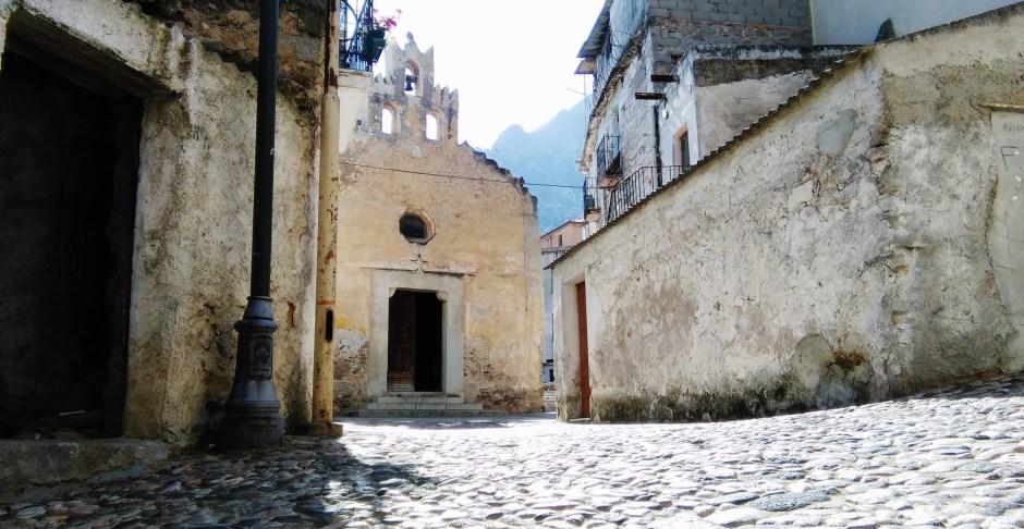 Cosa vedere a Oliena: la chiesa di Santa Croce nel centro storico del paese