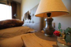 Luonto ja maanläheiset värit kutsuvat rauhalliseen uneen. - La présence de nature et le choix des couleurs terreuses invitent à un sommeil paisible.
