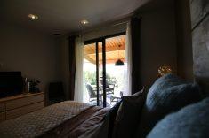 Näkymä sängystä terassille ja henkeâsalpaavaan maisemaan. - Vue du lit sur la terrasse et la nature...