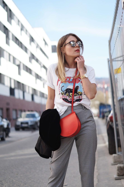 Slogan Shirt Pop of Red Outfit Fashionblogger Sariety Modeblog Heidelberg Bandshirt Karohose rote Tasche Details Mirrored Sunglasses Verspiegelte Sonnenbrille
