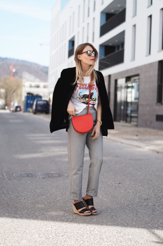 Slogan Shirt Pop of Red Outfit Fashionblogger Sariety Modeblog Heidelberg Bandshirt Karohose rote Tasche Mirrored Shades