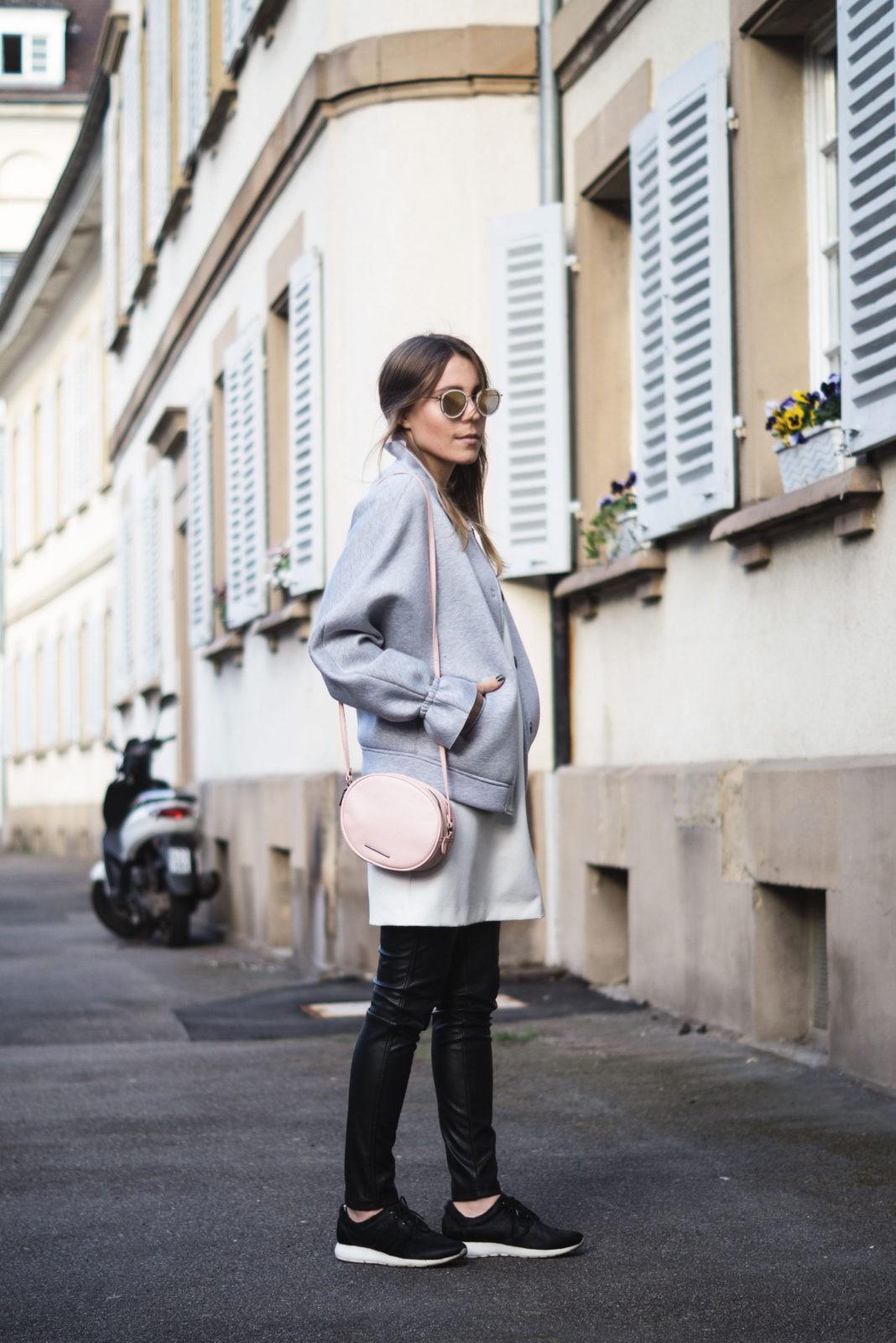 Gray-Bomber-Jacket-Bomberjacke-Grau-Rueschen-Rosa-Modeblog-Heidelberg-Fashionblogger-Casual-Outfit-Sariety-001