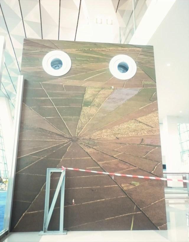 Terminal 3 - Setiap karya seni bisa dilihat judul. arti, nama seniman melalui aplikasi Calibre