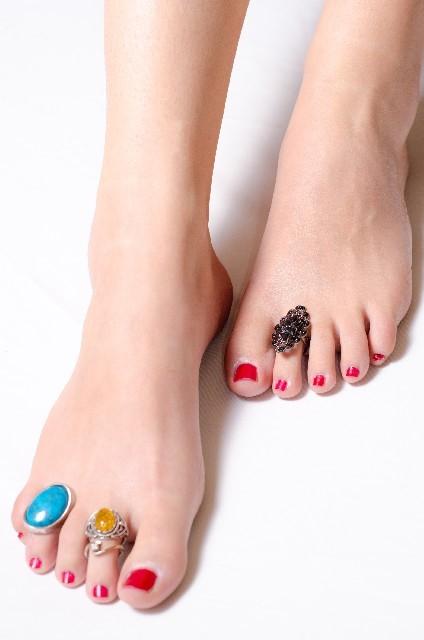 足首のむくみや痛みの原因と【マッサージやツボ】で解消!