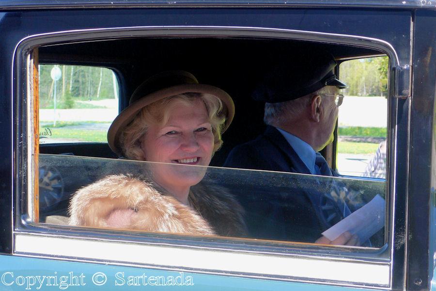 Oldtimers-Lovely, elegant Lady and her chofer