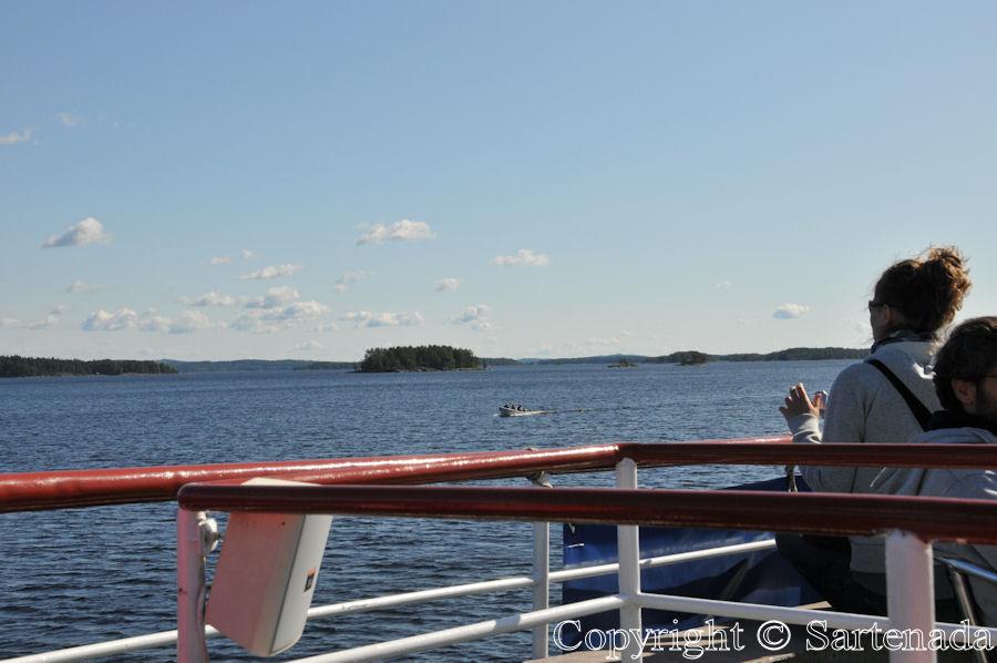 Cruising on a lake / Haciendo un cruzero en un lago / Croisière sur un lac