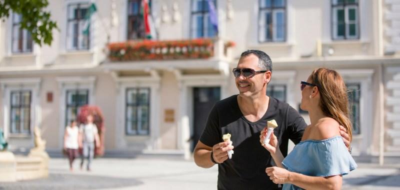 Fagyizás Sárváron a városháza előtt.