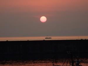 夕日と遊覧船