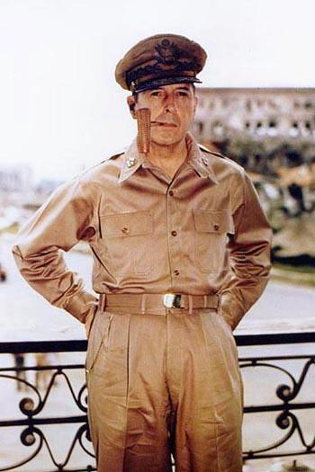 Douglas_MacArthur_smoking_his_corncob_pipe