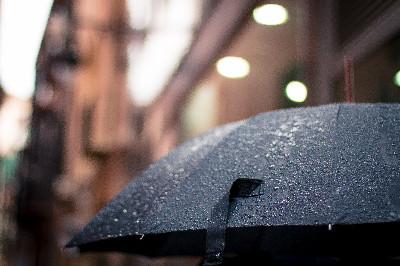 雨に濡れた黒い傘