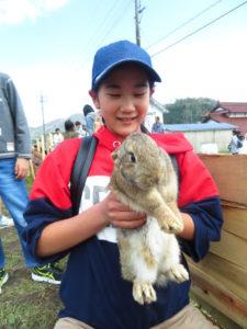 ウサギを抱っこする娘
