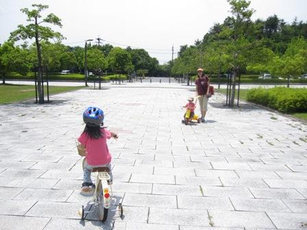 自転車に乗った二人