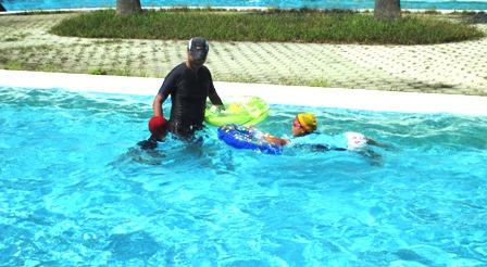 プールで3人