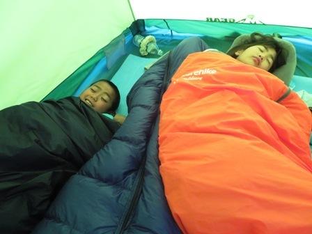 寝袋にくるまる子供達