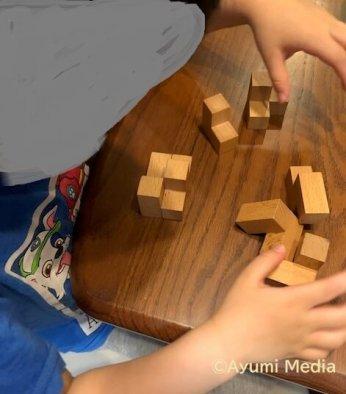 キューブパズルに取り組む息子