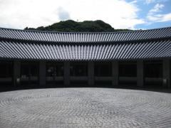 外側と内側に円錐形瓦屋根
